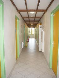 Couleur menant aux chambres (à gauche) et aux sanitaires (à droite)
