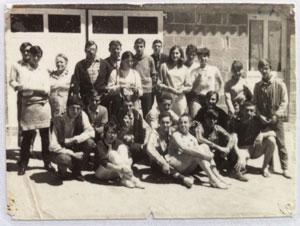 Les premiers participants aux stages de voile devant la voilerie